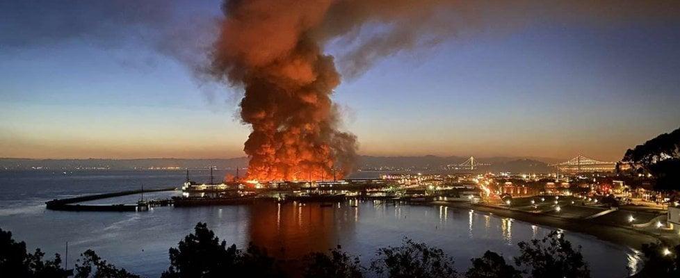 San Francisco, grande incendio a Fisherman's Wharf: distrutta parte del molo simbolo