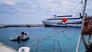 Isole tremiti, il traghetto Tirrenia finisce sugli scogli
