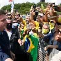 Hot dog e Coca Cola: l'ultima bravata di Bolsonaro nel Brasile piegato dal virus