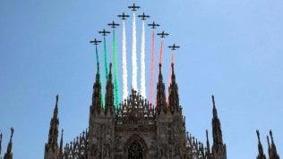 """Le Frecce Tricolori nel cielo di Milano e Codogno: """"Giro d'Italia"""" per festa Repubblica video"""