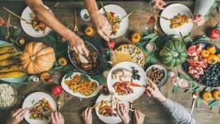 A tavola, mangiare sì ma senza divorare il mondo per rispettare sé stessi e il Pianeta