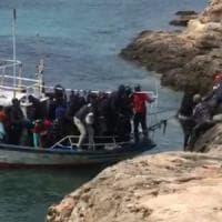 """Sbarchi, allarme della Procura: """"A bordo tunisini già espulsi"""""""