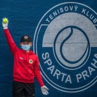 Guanti, mascherine e tutti a distanza: a Praga il tennis che verrà