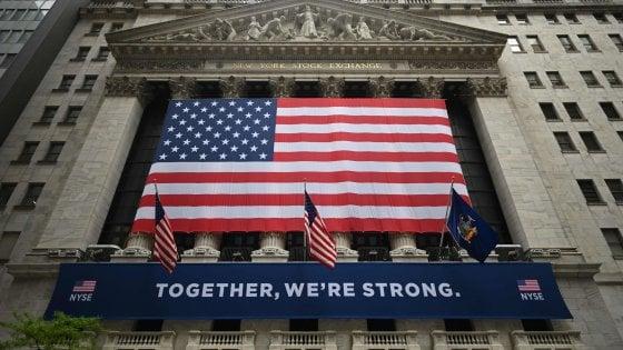 L'immagine della Borsa americana al ritorno fisico dei trader sul floor degli scambi, dopo la chiusura di fine marzo per il Covid