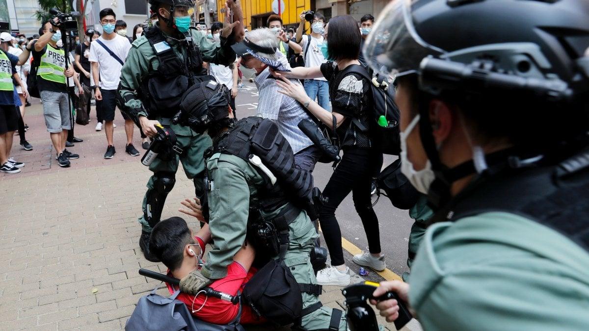 Hong Kong, scontri violenti tra polizia e manifestanti che protestano per legge su inno nazionale: 180 arresti