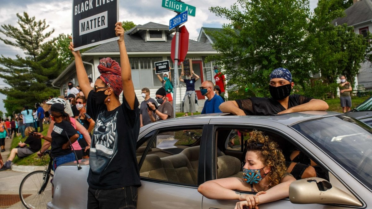 Afroamericano soffocato, in centinaia protestano a Minneapolis. Indignazione sui social. Anche l'Nba sotto shock