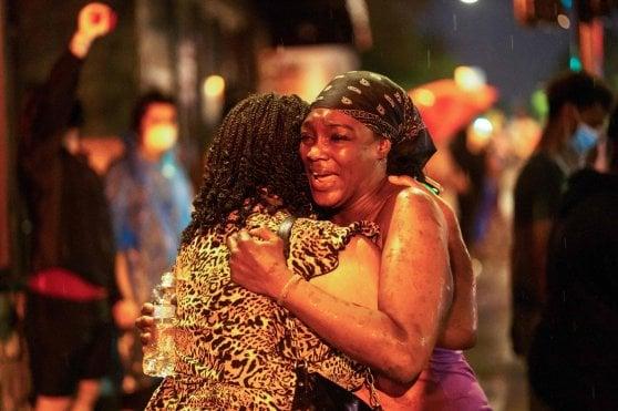 """Afroamericano soffocato, la rabbia di Minneapolis. La sorella: """"Licenziare gli agenti non è abbastanza"""""""