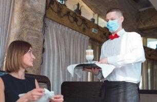 """Dietro la mascherina che sfida per gli uomini di sala: """"Imparo a sorridere con gli occhi"""""""
