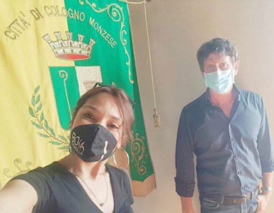 """Cologno Monzese, quelle foto in Comune con le mascherine """"Boia chi molla"""""""