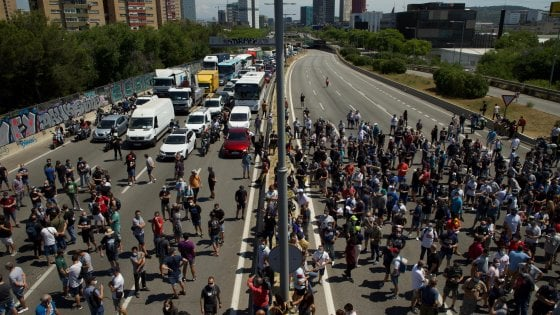 Proteste a Barcellona dopo l'annuncio della chiusura di Nissan