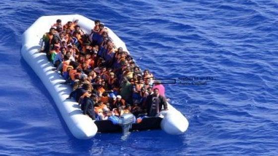 Migranti, tre sbarchi in poche ore, Lampedusa di nuovo in em