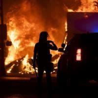 Afroamericano ucciso dalla polizia, occupato e incendiato commissariato a Minneapolis....