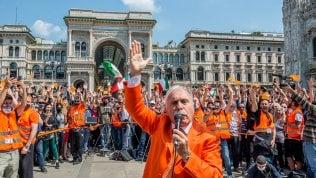 A Milano centinaia assembrati in piazza Duomo e senza mascherine: la protesta dei gilet arancioni