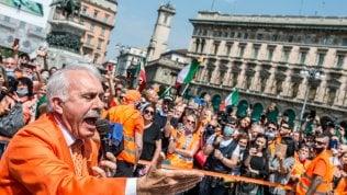 Niente distanza di sicurezza e mascherine: la protesta dei gilet arancioni viola le norme foto