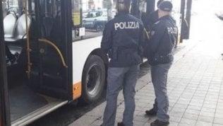 Senza mascherina, coppia aggredisce autista bus: arrestati