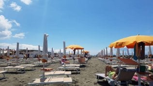 La spiaggia di Fiumicino oggi ha accolto i primi avventori