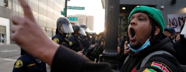Le proteste a Oakland, sfociate nell'uccisione di un agente
