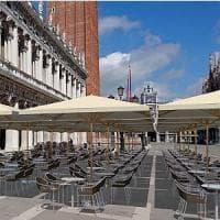 Ombrelloni in Piazza San Marco. Strappo alla regola per aiutare i caffè di Venezia
