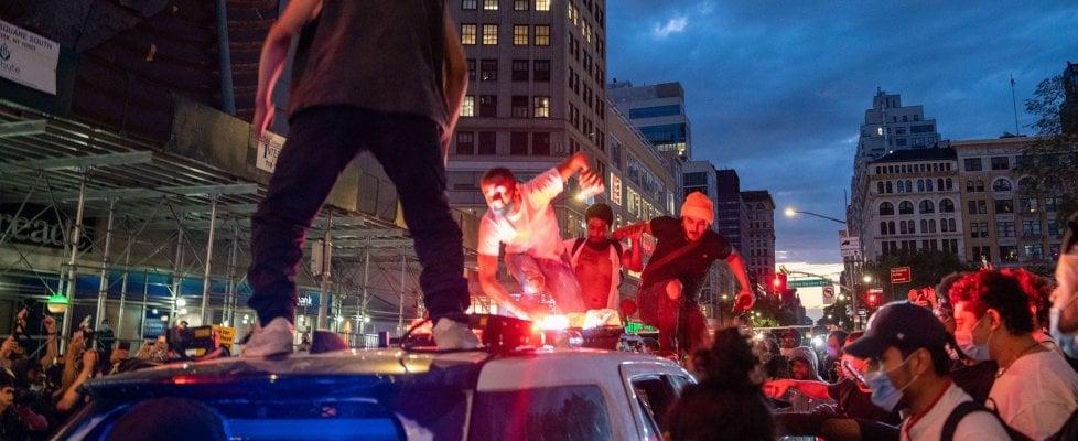 Morte Floyd: coprifuoco e scontri, un agente accoltellato e centinaia di arresti, Trump vuole bandire Antifa