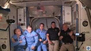 Space X, l'equipaggio della Crew Dragon è entrato nella Iss Video Abbraccio storico tra gli astronauti Foto Video L'aggancio