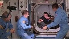 Si apre il portello, gli astronauti salgono a bordo dell'Iss