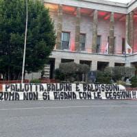 Roma, i tifosi temono la cessione dei big: striscioni contro Pallotta