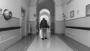 La strage silenziosa: quei ventimila anziani lasciati morire Il podcast