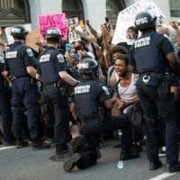 """Morte Floyd, lo sceriffo di Flint in marcia con i manifestanti: """"Qui per darvi voce"""". Dal..."""