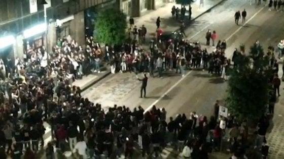 """Movida ad Avellino, il sindaco dirige i giovani nei cori anti-De Luca: """"Ho parlato il loro linguaggio, non sono contro il governatore"""""""