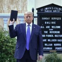 Morte Floyd, Trump si fa fotografare con la Bibbia. L'ira della vescova di Washington