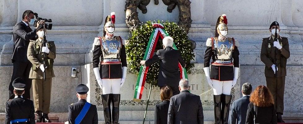"""Festa della Repubblica, Mattarella all'Altare della Patria: """"La crisi non è finita, serve coesione"""""""