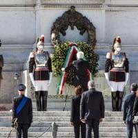 """Festa della Repubblica, Mattarella all'Altare della Patria: """"La crisi non è finita, serve..."""