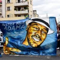 """Francia, migliaia in piazza in nome di Adama Traoré: """"Morto per asfissia durante..."""