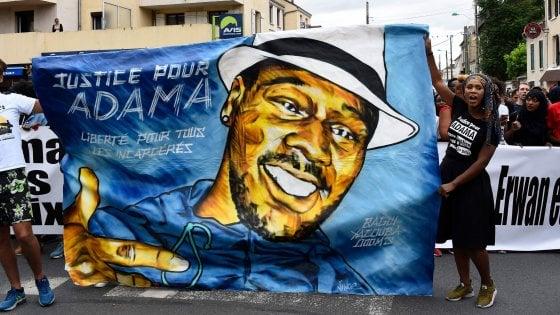 """Francia, migliaia in piazza in nome di Adama Traoré: """"Morto per asfissia durante l'arresto"""""""