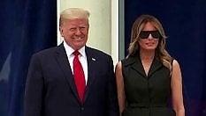 Trump chiede a Melania di sorridere: la first lady deve sforzarsi
