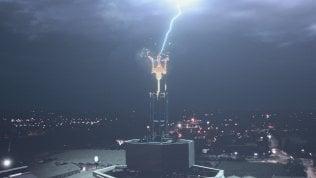 Arriva la Ghibli Hybrid: un fulmine colpisce il simbolo della Maserati di Modena... Foto