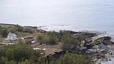 La frana impressiona: le case scivolano direttamente in mare