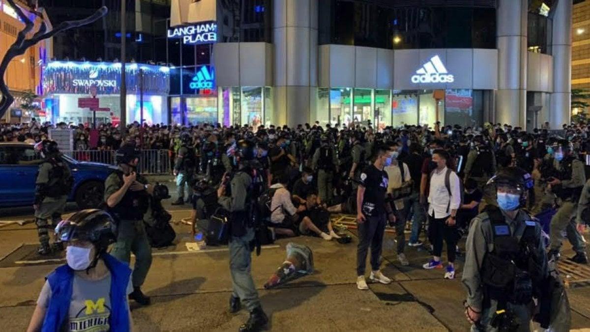 Hong Kong, commemorazione di Tienanmen vietata: scontri e arresti