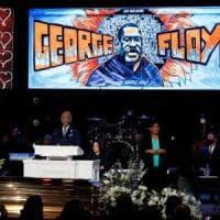 """In migliaia a Minneapolis per commemorare Floyd: """"Togliete le vostre ginocchia dai nostri..."""