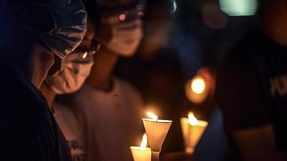 Hong Kong, in migliaia commemorano Tienanmen nonostante il divieto