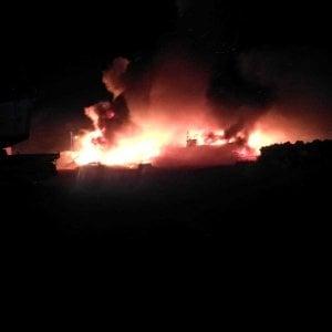 Lampedusa, dati alle fiamme i barchini dei migranti. Il sind