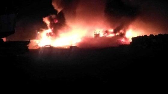"""Lampedusa, incendiati i barchini dei migranti. Il sindaco: """""""