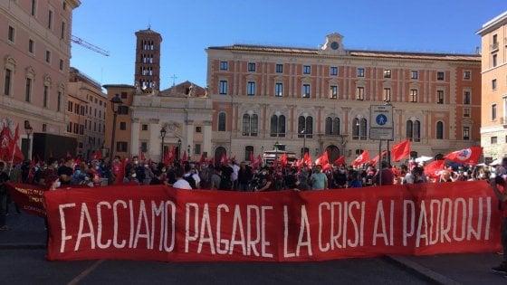 """Roma, sit-in del Partito comunista dei lavoratori: """"Stipendio del 100% ai cassintegrati e subito patrimoniale"""""""