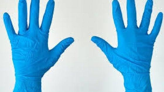 Anche per l'Oms i guanti sono inutili