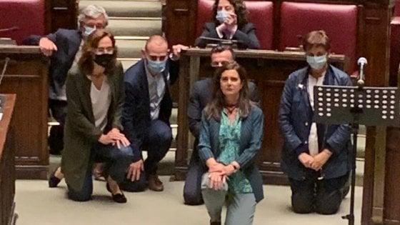 Morte Floyd, Boldrini si inginocchia in Aula durante la seduta. Le proteste  di Fdi - la Repubblica