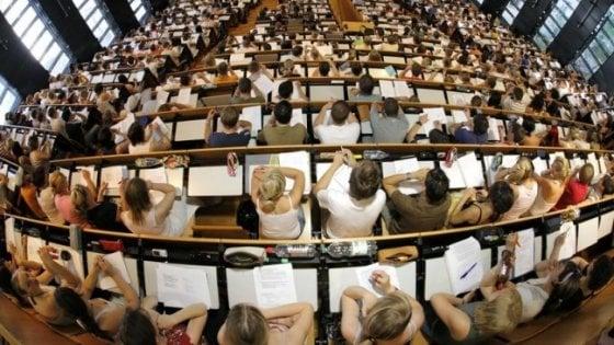 Aula universitaria con studenti