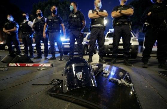 """Francia, le manette a terra della polizia: """"Castaner ci ha insultati"""". Parte la protesta contro il divieto di 'stretta al collo'"""