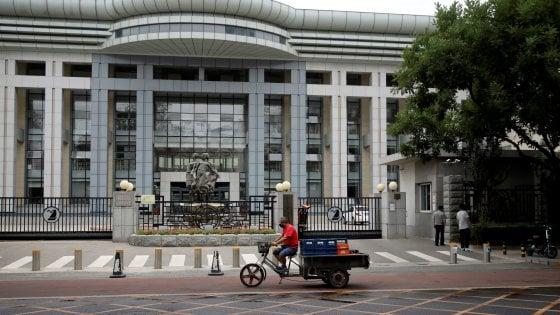 """Coronavirus, a Pechino casi ancora in aumento. E le autorità mettono sotto accusa il """"salmone importato"""""""
