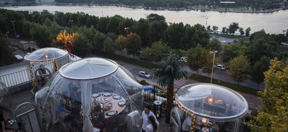Istanbul. Nel ristorante di tendenza la cena vista Bosforo distanziati e separati da una bolla