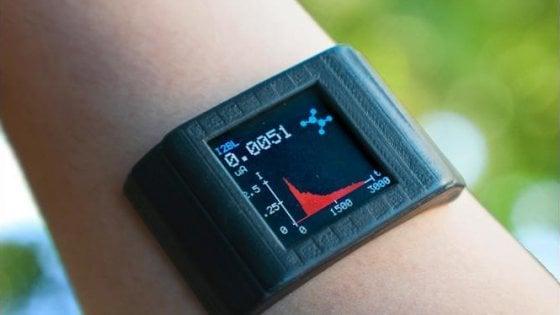 Smartwatch, una pellicola adesiva per leggere i segni vitali biochimici